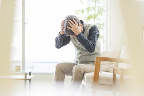 Oudere man met pijn aan het hoofd