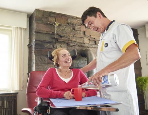 Patiënt met multile sclerose (MS) en verpleegkundige Wit-Gele Kruis