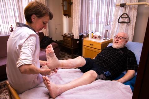 Patiënt wordt verzorgd door een verpleegkundige