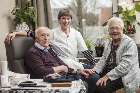 Thuisverpleegkundige Marleen samen met patiënten Jos en Solange