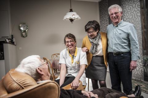 Verpleegkundige Natashja, patiënt Hendrik en mantelzorgers