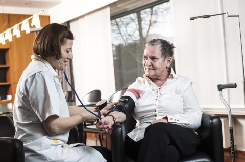 Verpleegkundige Aysim en patiënte Miek