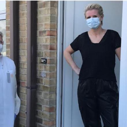 Patiënt en verpleegkundige met mondmasker