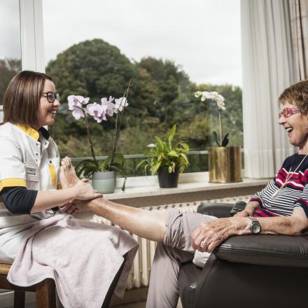 Cecile en thuisverpleegkundige Tanja
