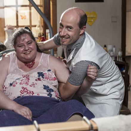 Patiënte Sabine en thuisverpleegkundige Joris