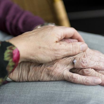 handen van twee mensen op mekaar