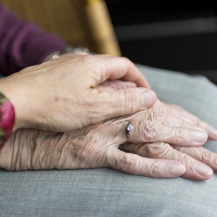 Oude handen over elkaar