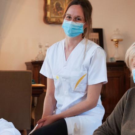 Herman De Neef en zijn verpleegkundige van het Wit-Gele Kruis