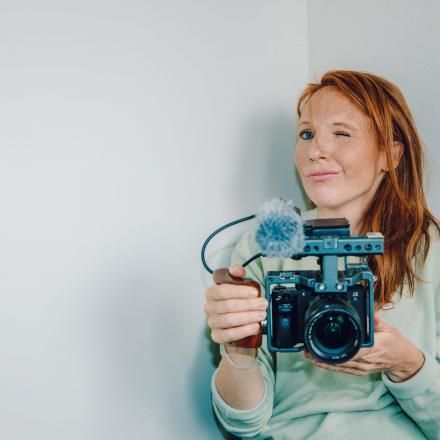 Foto Linde Merckpoel met camera in haar handen