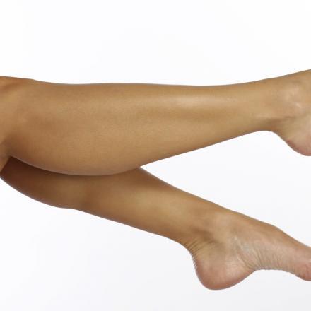 Benen van een vrouw met ontblote voeten