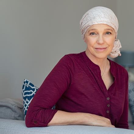 Vrouwelijke kankerpatiënt met sjaal rond hoofd