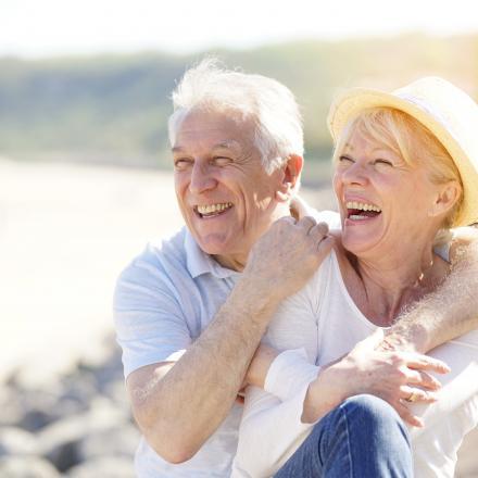 Oudere mensen genieten van zonnige dag