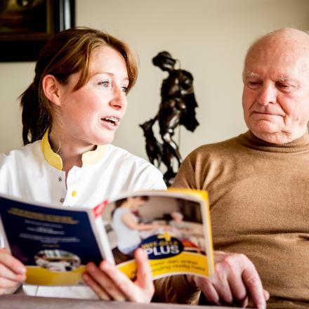 Patiënt en verpleegkundige nemen samen een brochure door