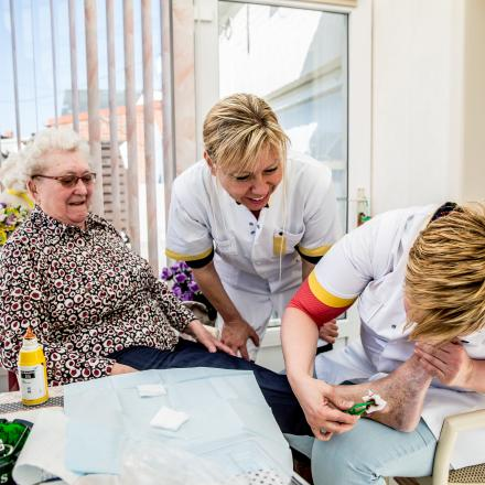 Wondzorg bij een patiënt door een verpleegkundige