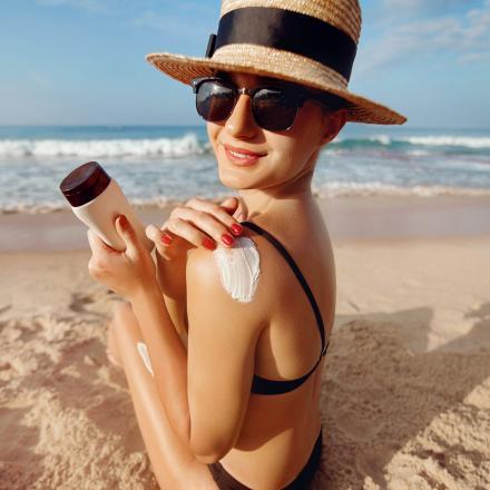 Zonnecrème aanbrengen op de huid